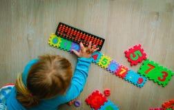 Αριθμοί εκμάθησης μικρών κοριτσιών, διανοητική αριθμητική, άβακας Στοκ Φωτογραφία