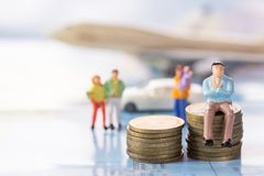 Αριθμοί επιχειρηματιών που κάθονται στο νόμισμα με το θολωμένα αυτοκίνητο και το AI Στοκ εικόνα με δικαίωμα ελεύθερης χρήσης