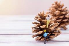 Αριθμοί επιχειρηματιών που στέκονται στο πάτωμα με τα θολωμένα Χριστούγεννα Στοκ φωτογραφία με δικαίωμα ελεύθερης χρήσης