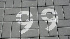 Αριθμοί που επισύρονται την προσοχή στο πεζοδρόμιο απόθεμα βίντεο