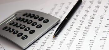 Αριθμοί σε χαρτί, μια μάνδρα και έναν υπολογιστή στοκ εικόνα