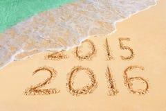 Αριθμοί 2016 στην παραλία στοκ φωτογραφίες