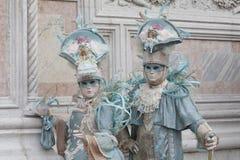 2 αριθμοί της Βενετίας καρναβάλι ζωηρόχρωμες κοστούμια και μάσκες Βενετία Ιταλία Ευρώπη στοκ εικόνες