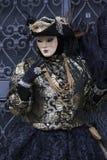 Αριθμοί της Βενετίας καρναβάλι στο μαύρες και χρυσές κοστούμι και τη Βενετία Ιταλία στοκ εικόνα με δικαίωμα ελεύθερης χρήσης