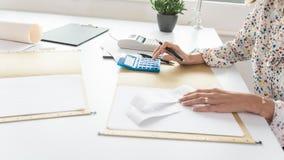 Αριθμοί υπολογισμού επιχειρηματιών στον υπολογιστή καθώς προετοιμάζεται Στοκ Εικόνα