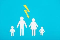 Αριθμοί χαρτονιού της οικογένειας σε μια μπλε ανασκόπηση Το σύμβολο Στοκ Εικόνες