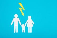 Αριθμοί χαρτονιού της οικογένειας σε μια μπλε ανασκόπηση Το σύμβολο Στοκ Φωτογραφίες