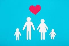 Αριθμοί χαρτονιού της οικογένειας σε μια μπλε ανασκόπηση Το σύμβολο Στοκ φωτογραφία με δικαίωμα ελεύθερης χρήσης