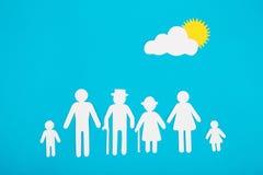 Αριθμοί χαρτονιού της οικογένειας σε μια μπλε ανασκόπηση Το σύμβολο Στοκ Φωτογραφία