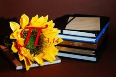 Αριθμού pi ήλιων λουλουδιών αυξανόμενη βιβλίων ημερολογίων αρίθμηση αριθμού σπειρών φυσικής μαθηματικών τμημάτων σημειωματάριων χ Στοκ Φωτογραφία