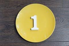 Αριθμός ένας στο κίτρινο πιάτο Στοκ φωτογραφία με δικαίωμα ελεύθερης χρήσης