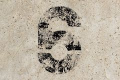 Αριθμός έξι 6 στο υπόβαθρο συμπαγών τοίχων στοκ εικόνες με δικαίωμα ελεύθερης χρήσης