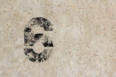 Αριθμός έξι 6 στο υπόβαθρο συμπαγών τοίχων Στοκ Εικόνες