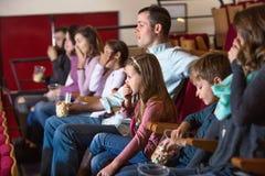 Αριθμός ανθρώπων που απολαμβάνουν τη διαλογή και popcorn ταινιών στοκ φωτογραφία με δικαίωμα ελεύθερης χρήσης