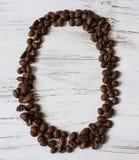 Αριθμός από τα σιτάρια του καφέ σε ένα ελαφρύ ξύλο από τα σιτάρια του καφέ σε ένα ελαφρύ ξύλινο υπόβαθρο Εκλεκτική εστίαση Στοκ φωτογραφία με δικαίωμα ελεύθερης χρήσης