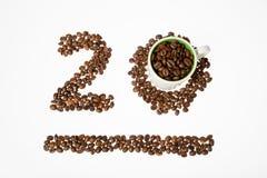 Αριθμός από τα φασόλια καφέ, είκοσι και το φλυτζάνι Στοκ εικόνα με δικαίωμα ελεύθερης χρήσης