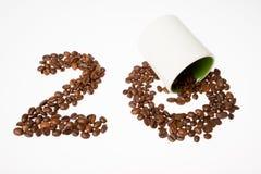 Αριθμός από τα φασόλια καφέ, είκοσι και το φλυτζάνι Στοκ Εικόνες