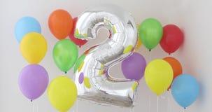 Αριθμός 2 δύο μπαλονιού χρώματος στο ελαφρύ υπόβαθρο φιλμ μικρού μήκους