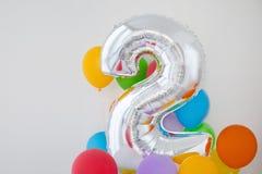 Αριθμός 2 δύο μπαλονιού χρώματος στο ελαφρύ υπόβαθρο Στοκ Φωτογραφία