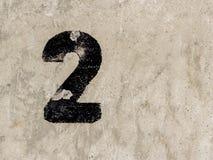 Αριθμός δύο 2 στο υπόβαθρο συμπαγών τοίχων Στοκ Εικόνα