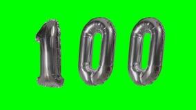 Αριθμός 100 εκατό γενεθλίων ασημένιων έτη μπαλονιών επετείου που επιπλέουν στην πράσινη οθόνη - απόθεμα βίντεο