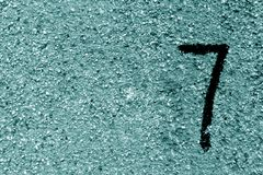 Αριθμός επτά στο βρώμικο κυανό τονισμένο τοίχο τσιμέντου Στοκ εικόνες με δικαίωμα ελεύθερης χρήσης