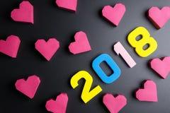 Αριθμός 2018 και κόκκινη μορφή καρδιών κιβωτίων εγγράφου στο μαύρο υπόβαθρο Εκτάριο Στοκ Εικόνα