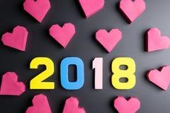 Αριθμός 2018 και κόκκινη μορφή καρδιών κιβωτίων εγγράφου στο μαύρο υπόβαθρο Εκτάριο Στοκ φωτογραφία με δικαίωμα ελεύθερης χρήσης