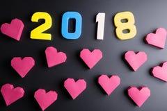 Αριθμός 2018 και κόκκινη μορφή καρδιών κιβωτίων εγγράφου στο μαύρο υπόβαθρο Εκτάριο Στοκ εικόνες με δικαίωμα ελεύθερης χρήσης