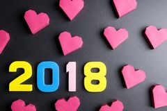 Αριθμός 2018 και κόκκινη μορφή καρδιών κιβωτίων εγγράφου στο μαύρο υπόβαθρο Εκτάριο Στοκ Φωτογραφία