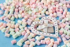 Αριθμός μορφής καρδιών από χρωματισμένο marshmallow στο μπλε υπόβαθρο Στοκ εικόνες με δικαίωμα ελεύθερης χρήσης