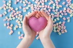 Αριθμός μορφής καρδιών από χρωματισμένο marshmallow στο μπλε υπόβαθρο Στοκ Εικόνα