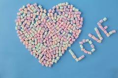 Αριθμός μορφής καρδιών από χρωματισμένο marshmallow στο μπλε υπόβαθρο Στοκ Φωτογραφία