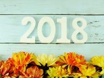 αριθμός ξύλινη υλική καλή χρονιά με τη τοπ άποψη διακοσμήσεων σχετικά με το ξύλινο υπόβαθρο Στοκ Φωτογραφία