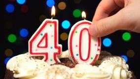 Αριθμός 40 πάνω από το κέικ - κάψιμο κεριών σαράντα γενεθλίων - χτύπημα έξω στο τέλος Θολωμένο χρώμα υπόβαθρο φιλμ μικρού μήκους