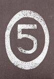 Αριθμός πέντε που χρωματίζεται στο έδαφος Στοκ φωτογραφία με δικαίωμα ελεύθερης χρήσης