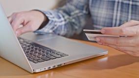 Αριθμός πιστωτικής κάρτας δακτυλογράφησης ατόμων στο φορητό προσωπικό υπολογιστή φιλμ μικρού μήκους