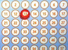 Αριθμός 13 που περιβάλλεται στο κόκκινο σε μια κάρτα bingo λαχειοφόρων αγορών Στοκ Εικόνες