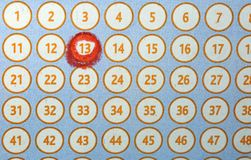 αριθμός 13 που περιβάλλεται στο κόκκινο σε μια λαχειοφόρο αγορά καρτών bingo Στοκ φωτογραφία με δικαίωμα ελεύθερης χρήσης