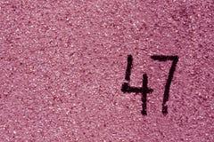 αριθμός σαράντα επτά στο ρόδινο τοίχο ασβεστοκονιάματος Στοκ εικόνες με δικαίωμα ελεύθερης χρήσης