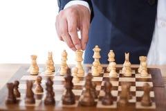 Αριθμός σκακιού εκμετάλλευσης επιχειρηματιών που απομονώνεται στο λευκό Στοκ φωτογραφίες με δικαίωμα ελεύθερης χρήσης