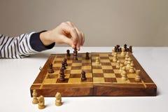 Αριθμός σκακιού εκμετάλλευσης χεριών παιδιών ` s παίζοντας Εκπαίδευση, παιχνίδι, έννοια τρόπου ζωής Στοκ φωτογραφία με δικαίωμα ελεύθερης χρήσης