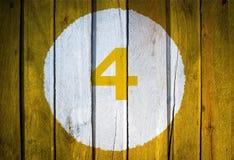 Αριθμός σπιτιών ή ημερολογιακή ημερομηνία στον άσπρο κύκλο σε κίτρινο που τονίζεται wo Στοκ εικόνες με δικαίωμα ελεύθερης χρήσης