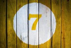 Αριθμός σπιτιών ή ημερολογιακή ημερομηνία στον άσπρο κύκλο σε κίτρινο που τονίζεται wo Στοκ Εικόνα
