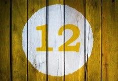 Αριθμός σπιτιών ή ημερολογιακή ημερομηνία στον άσπρο κύκλο σε κίτρινο που τονίζεται Στοκ εικόνα με δικαίωμα ελεύθερης χρήσης