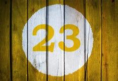 Αριθμός σπιτιών ή ημερολογιακή ημερομηνία στον άσπρο κύκλο σε κίτρινο που τονίζεται wo Στοκ Εικόνες