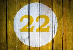 Αριθμός σπιτιών ή ημερολογιακή ημερομηνία στον άσπρο κύκλο σε κίτρινο που τονίζεται wo Στοκ Φωτογραφίες
