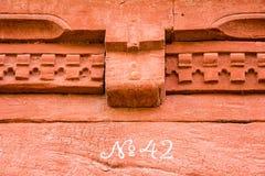 Αριθμός 42 στον κόκκινο χρωματισμένο τοίχο Στοκ Φωτογραφία
