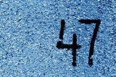 Αριθμός 47 στον τοίχο τσιμέντου στο διάτρητο στον μπλε ναυτικό τόνο στοκ φωτογραφία με δικαίωμα ελεύθερης χρήσης
