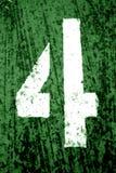 Αριθμός 4 στο διάτρητο στο βρώμικο τοίχο μετάλλων στον πράσινο τόνο στοκ εικόνες